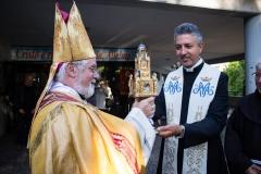 Don Raffaele Aprile mostra il Reliquiario e Sua Eccellenza Mons. Bregantini