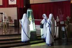 Le figlie di Madre Teresa di Calcutta in preghiera davanti alle Lacrime della Madonna di Siracusa