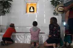 Una famiglia con 4 bambini venera la Madonna delle Lacrime