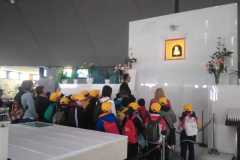Bambini in preghiera davanti al Quadretto della Madonna delle Lacrime